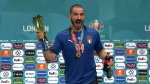 Леонардо Бонуччи оригинально завершил челлендж с колой и пивом на Евро-2020: ВИДЕО