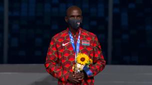 ЗОЛОТАЯ МЕДАЛЬ КИПЧОГЕ! Легендарный бегун получил награду на церемонии закрытия Олимпиады
